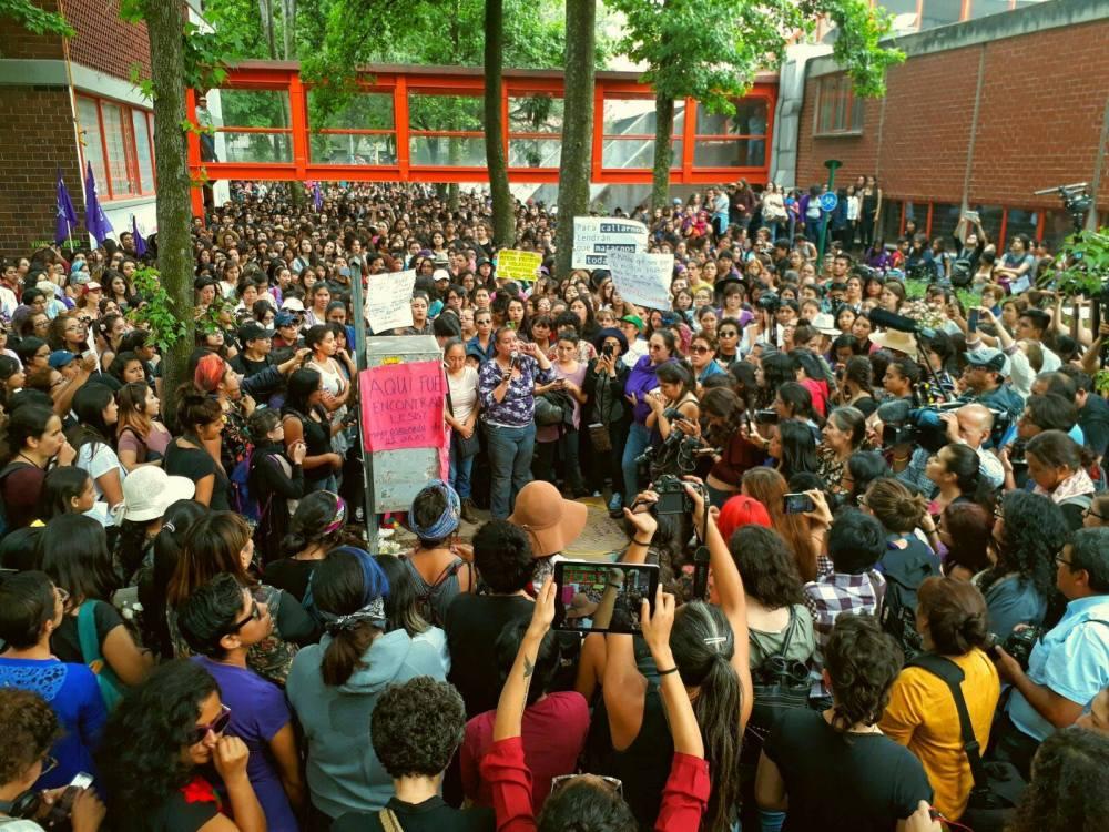 Mitin durante la marcha contra la violencia de género en la UNAM, en el Instituto de la Facultad de Ingeniería donde fue localizado el cuerpo sin vida de Lesvy. Foto: Martín López / Políticas Media.