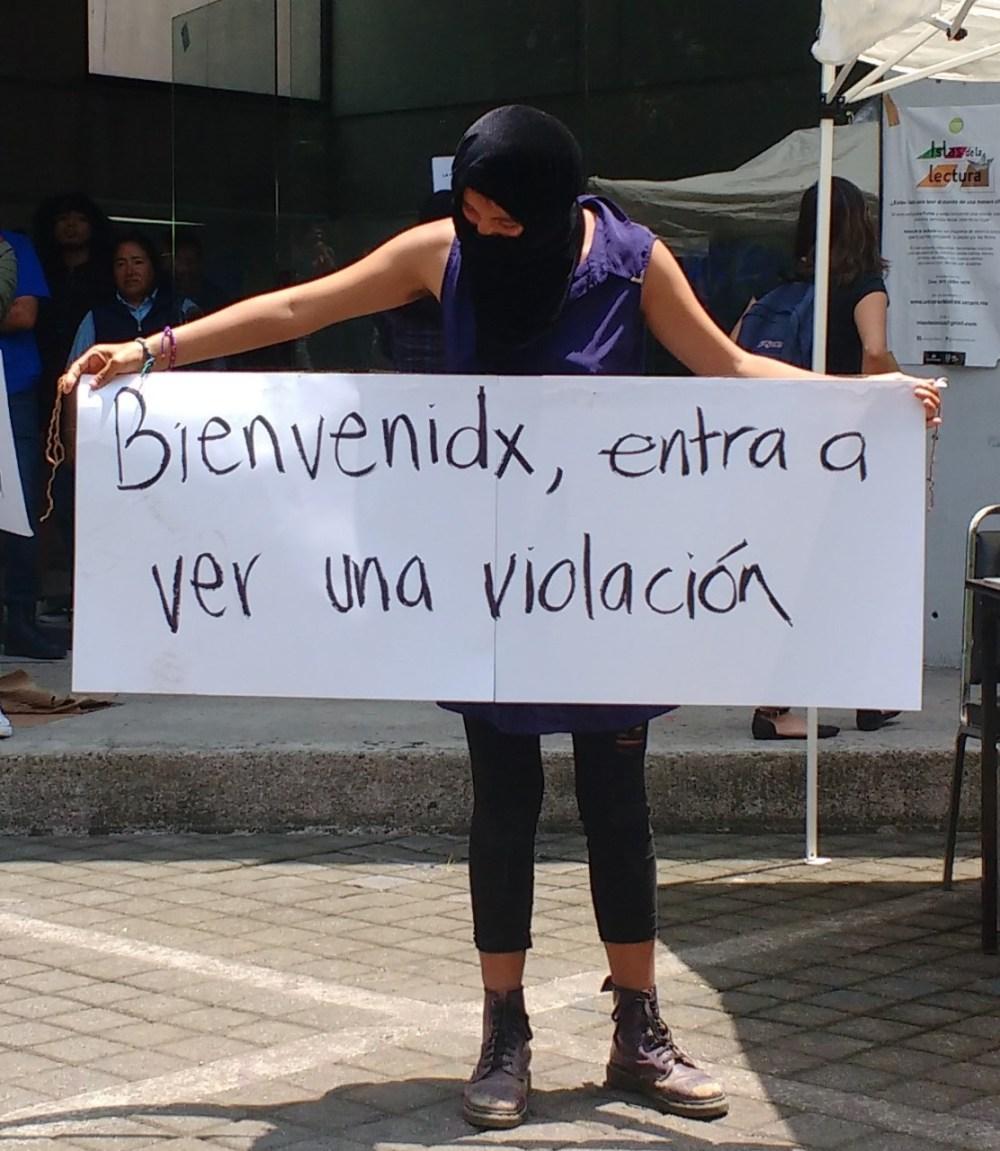 Manifestante contra proyección del filme en la FCPyS, UNAM. Foto: Pablo Gómez_Políticas Media.