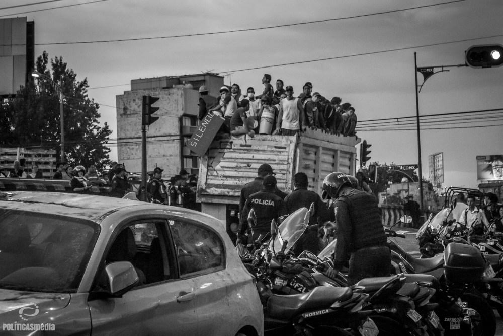 Camioneta con voluntarios ante colapso de edificio en Torreón y Viaducto en la Colonia Piedad Narvarte. Foto: Mónica Olivares | Políticas Media.