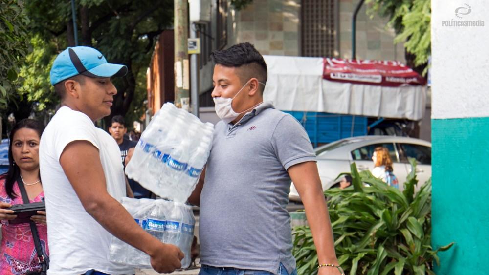 Voluntarios recolectando víveres para afectados por sismo en la Colonia Del Valle, sobre División del Norte. Foto: Paty Olivares | Políticas Media.