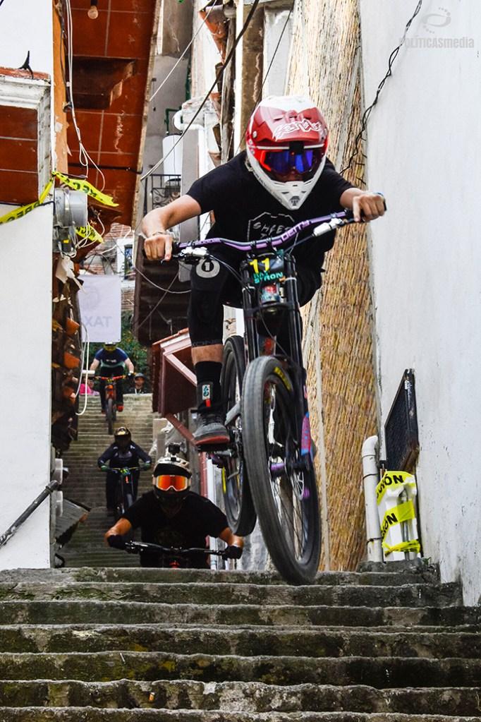 Ciclista descendiendo por escaleras en la sexta edición de Down Hill Taxco, Guerrero. Fotografía: Alan Bazán | Políticas Media