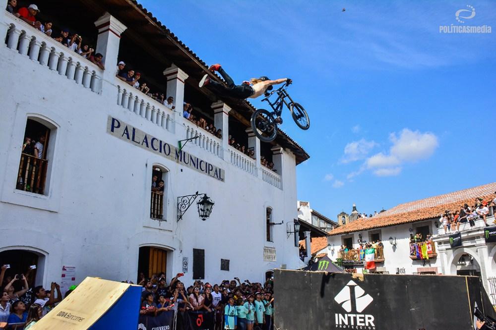 Compitiendo por el Best Tick de la sexta edición de Down Hill Taxco, Guerrero. Fotografía: Alan Bazán | Políticas Media