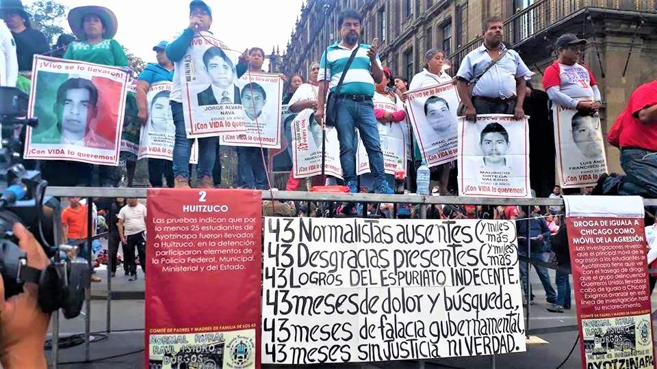 Al frente del micrófono se encuentra Blanca Luz Nava Vélez, madre de Jorge Álvarez Nava durante el mitin en la Ciudad de México a 43 meses de la desaparición forzada de los normalistas, 26 de abril de 2018 | Fotografía de Martín López Gallegos.