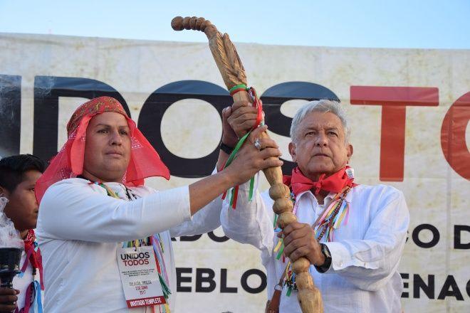 AMLO, recibiendo el bastón de mando. Foto: EL DEBATE.