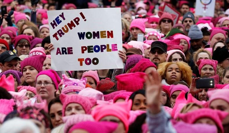 """La """"Marcha de las Mujeres"""" tuvo lugar los días 21 y 22 de enero en varias ciudades de Estados Unidos y en otros países del mundo. El gorro rosa de las asistentes se convirtió en un ícono de la resistencia ante el avance de la ultraderecha estadounidense y el turbulento triunfo electoral del republicano Donald Trump. El gorro simula las orejas de una gata, en referencia a las expresiones de Trump, """"Cuando uno es famoso, como yo, puedes tomar a las mujeres por su gatito"""", es decir, por la vagina (""""pussy""""), de ahí el """"pussycat-hat"""", gorro con forma de cabeza de gata. Estas marchas fueron el catalizador para que millones de personas salieran a la calle a compartir su rechazo a Trump. Las marchas, además, fueron el """"bautizo"""" en política para decenas de miles de mujeres. Las eleccione sintermedias del 2018 pueden ser interpretadas como una continuación de esas intensas y memorables jornadas. (FUENTE: National Review)."""