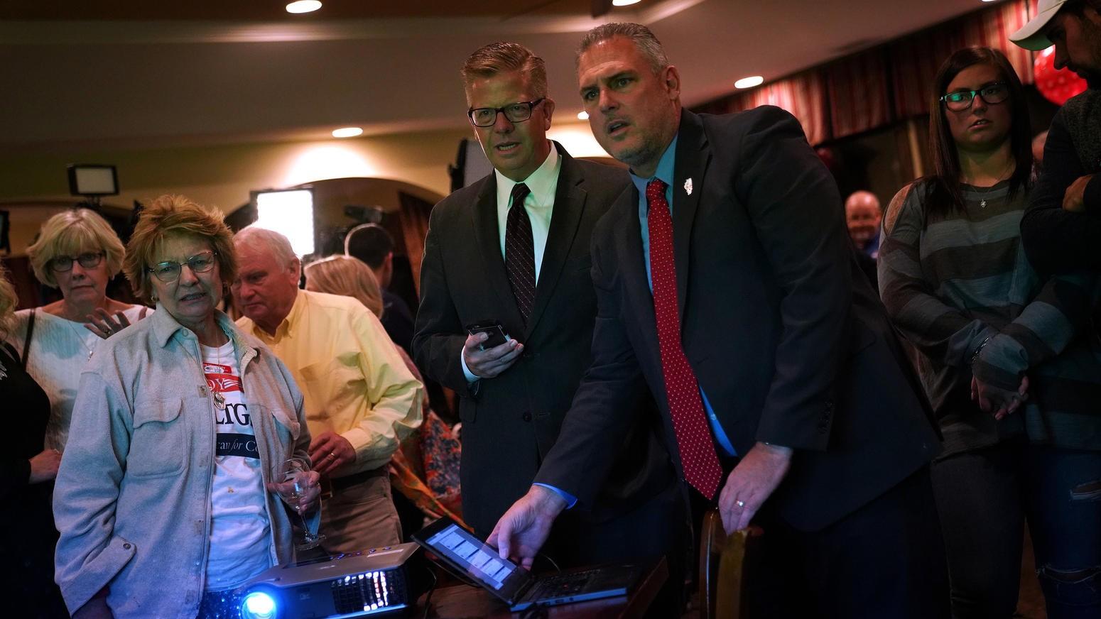 """El hombre de lentes, al centro, es el republicano Randy Hultgren, recién desbancado de la Cámara de Representantes por su competidora, la enfermera Lauren Underwood. En la camapaña para conservar su escaño, Hultgren utilizó el discurso de que la enfermera era una """"extraña"""", una """"outsider"""" ajena a las realidades de la política; una recién llegada que ignoraba las sutilezas de las políticas públicas. Grave error: en los Estados Unidos y en buena parte de las democracias occidentales existe actualmente una ola electoral a favor, precisamente, de quienes se presentan como """"outsiders"""", como personajes ajenos a los usos y costumbres de """"los políticos"""", y que además prometen una """"regeneración"""" de la vida pública, algo así como la reparación de agravios producidos por """"los políticos"""". Tal es el discurso que llevó (o acercado) al triunfo a Trump, al Brexit en el Reino Unido, a Jair Bolsonaro en Brasil, a las derechas xenófobas en Europa, y con sus matices, a Andrés Manuel López Obrador en México. La mayoría de las personas que votaron por la reelección de Hultgren fueron varones """"blancos"""", y que además viven en las localidades semirurales y rurales del 14º. Distrito de Illinois, mientras que el electorado que optó por Lauren Underwood fue femenino, mujeres citadinas, y de distintas """"etnias"""": afroamericanas, latinas, """"blancas"""" (FUENTE: Chicago Tribune)."""