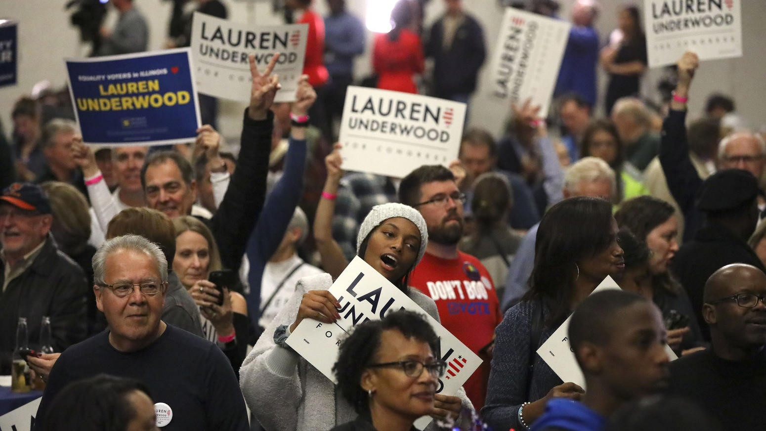 """Parte del muy entusiasta electorado que llevó al triunfo a la enfermera Underwood. Frente al discurso nativista, divisivo y explotador del resentimiento social, utilizado a fondo, de manera cínica y sin cesar por Donald Trump y la ultraderecha, podemos observar que la base social de esta nueva generación de personajes políticos como Underwood tiene una composición diversa, en la que hay mujeres, hombres, jóvenes, adultos, ancianos, """"blancos"""", afroamericanos, latinos, orientales (FUENTE: The Huffington Post)."""