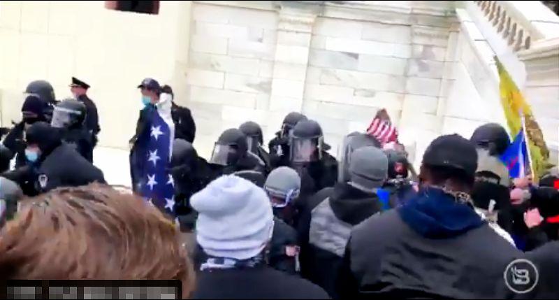 Prekinuto zasedanje Kongresa posle upada Trampovih pristalica, jedna osoba ranjena, Tramp naredio: Vojska kreće na Kapitol