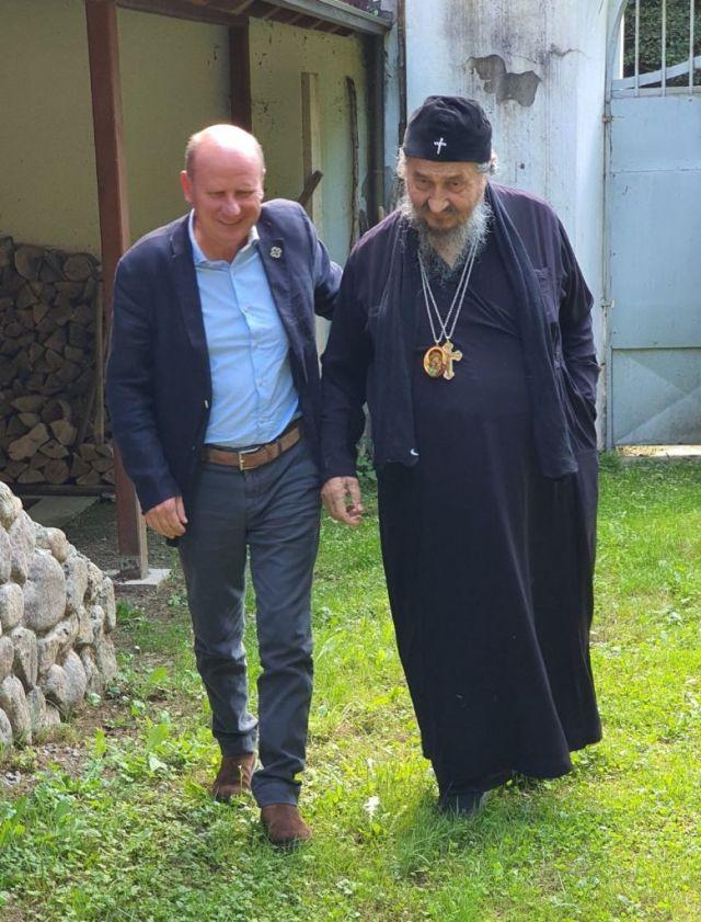 MNOGI SU PRIMETILI: Simbol na poslednjoj fotografiji vladike Atanasija i Mlađe Đorđevića
