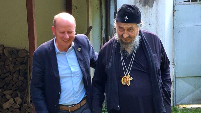 MNOGI SU PRIMETILI: Simbol na poslednjoj fotografiji vladike Atanasija i Mlađe Đorđevića (FOTO)