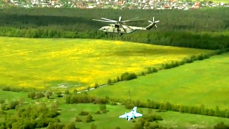 NEZAPAMĆENA SCENA IZNAD SANKT-PETERBURGA: Ruski helikopter Mi-26 nosio Su-27