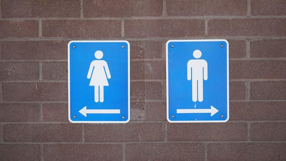 Transrodna osoba u SAD pobedila u sudskoj 'borbi za WC': Žena koja se identifikuje kao muškarac, može da koristi WC za dečake