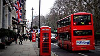 Britanija zabeležila više od 45.000 novozaraženih kovidom u danu, mnogo zaraženih deca