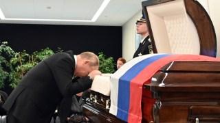 Slike koje su obišle svet: Putin u dubokoj žalosti nad odrom svog saradnika (FOTO/VIDEO)