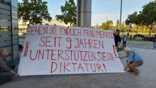 """Janko Veselinović """"dočekao"""" Merkel: Devet godina podržava diktaturu u Srbiji"""