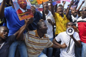 Haitians-protest-Aristide-arrest-outside-courthouse-Port-au-Prince-010913-by-Swoan-Parker-Reuters
