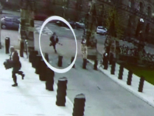 Michael Zehaf Bibeau running towards Parliament with a rifle