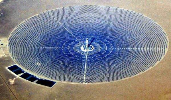 Crescent Dunes Solar Energy Project, Tonopah NV. Wikimedia Commons.