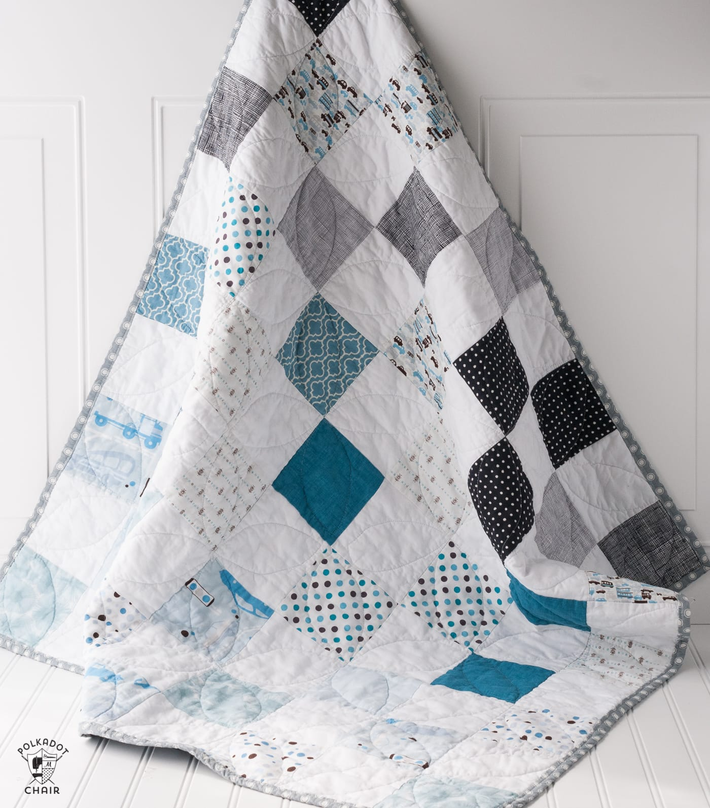 Use this patchwork baby quilt tutorial to make a cute quilt for a baby boy. Great quilt pattern for beginning quilter #babyquilt #babyquiltpattern #babyquilttutorial #patchworkquilttutorial
