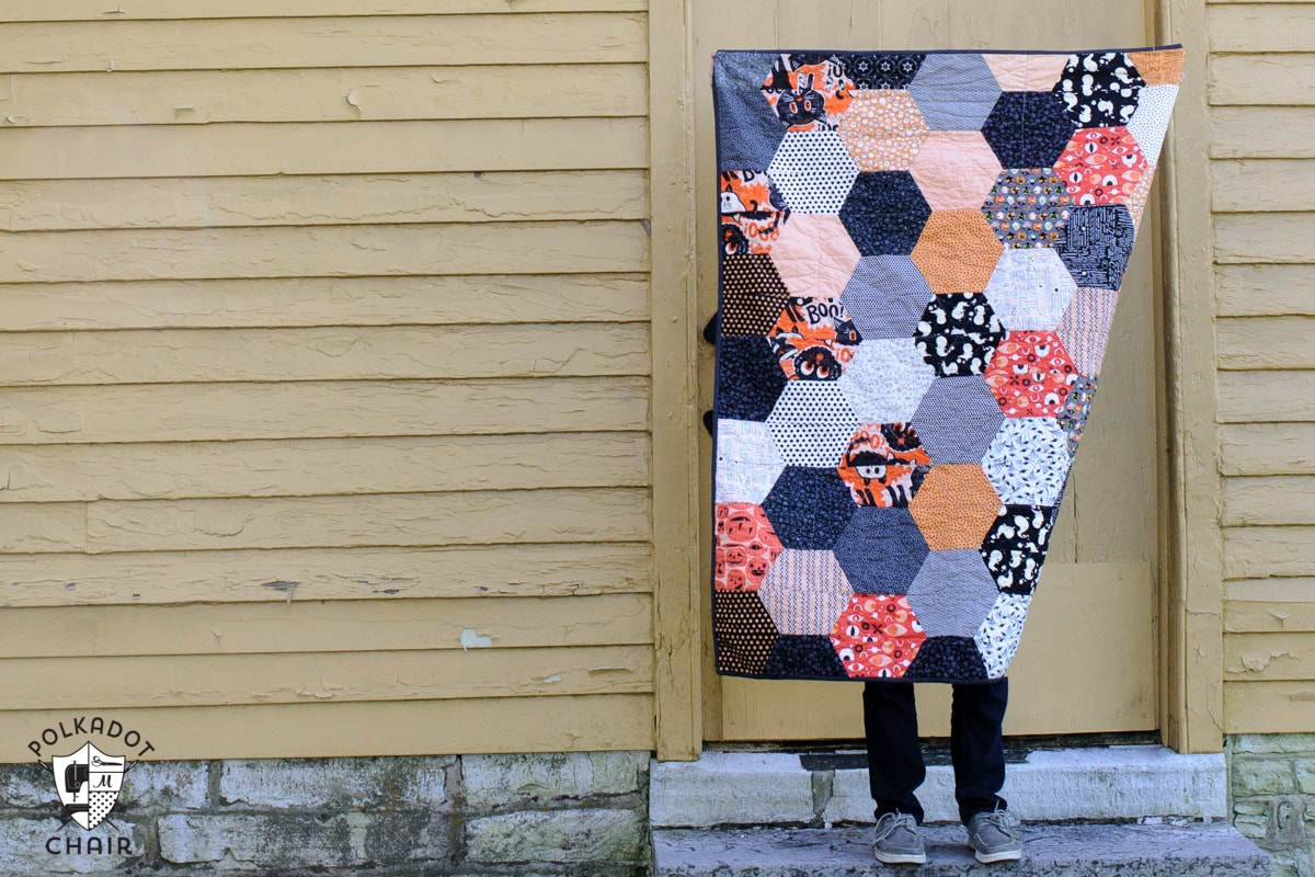 Halloween Hexagon Quilt ; DIY project and cute Halloween decoration
