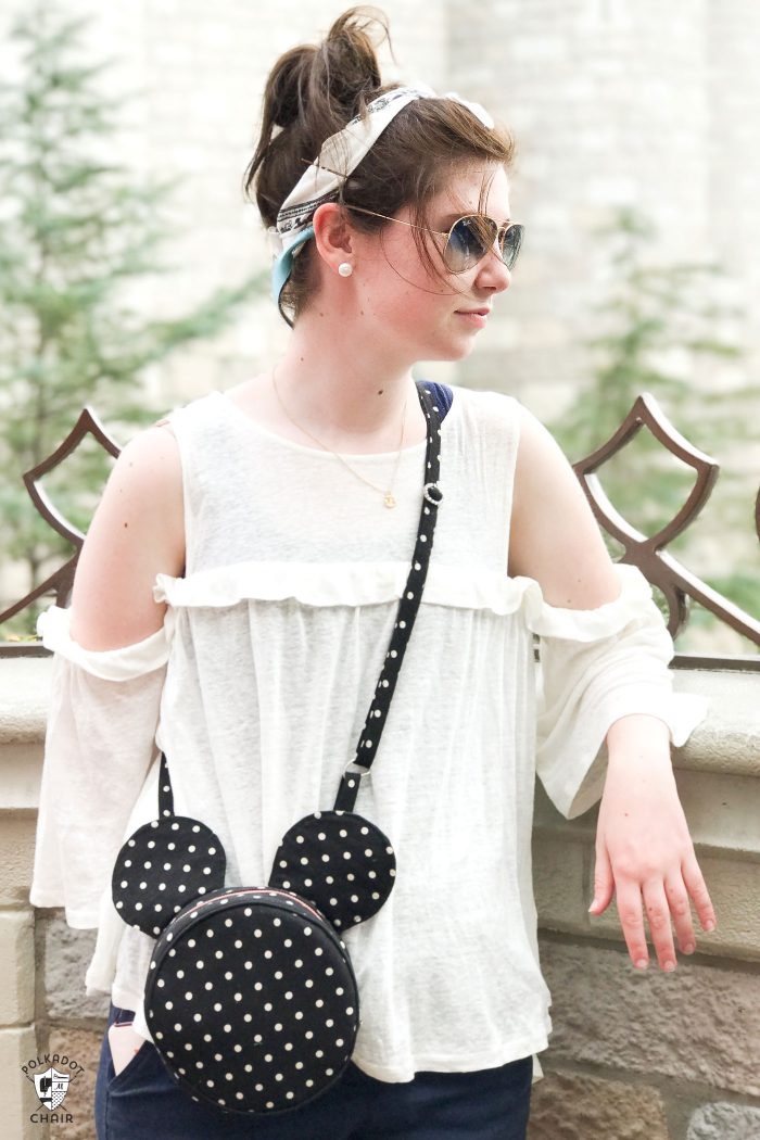 How to make a cute Mickey Mouse inspired cross body bag. Such a cute round bag pattern that would be perfect for a trip to Disney!