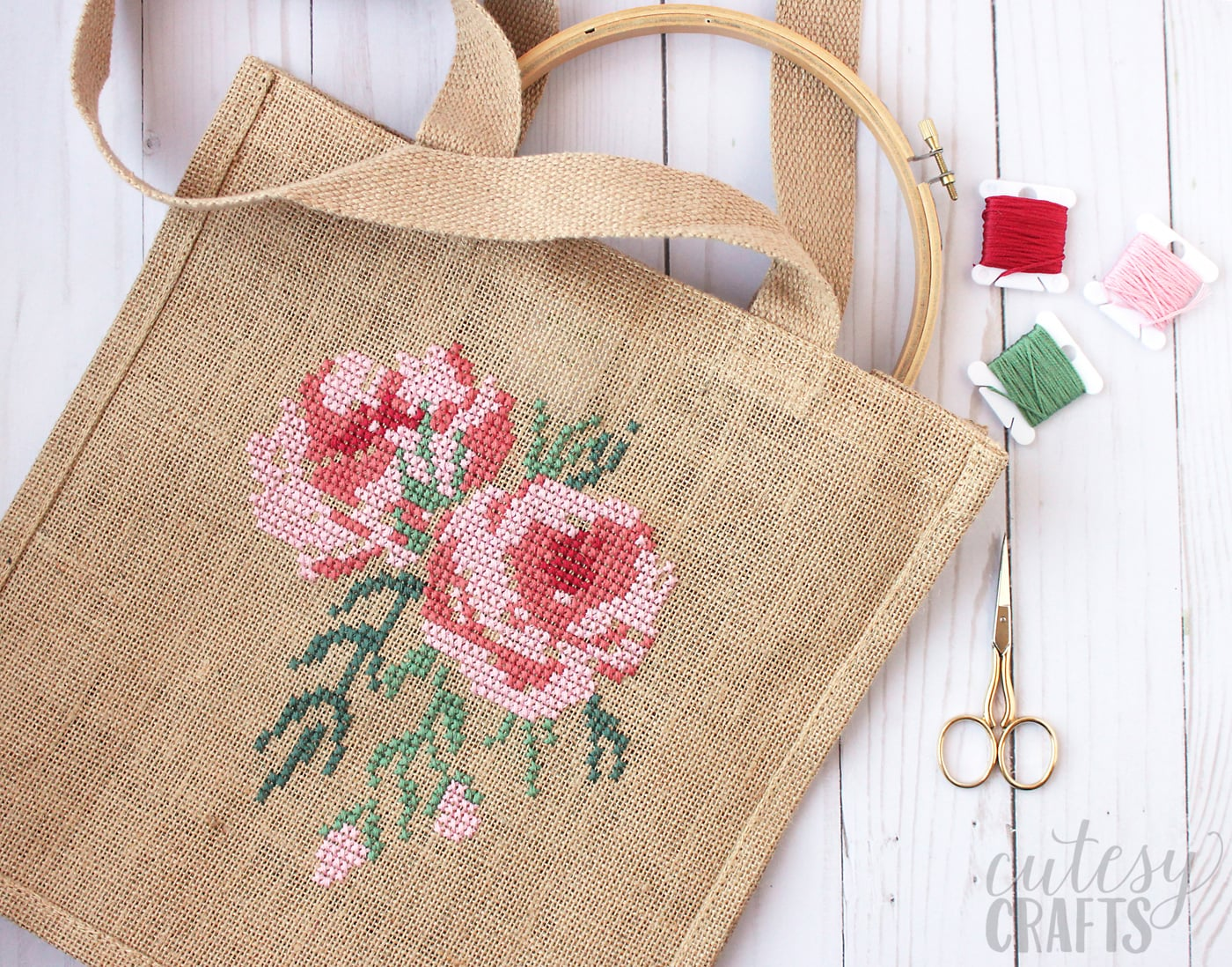 Free pattern for a Cross Stitch Burlap Bag - learn how to cross stitch a rose on a burlap bag #crossstitch #crossstitchrose #crossstitchpattern