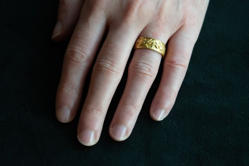 carved daisies in 22ct gold ring