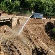 MOBIL AWC (ARMORED WATER CANON) POLRES SIMALUNGUN DITURUNKAN DALAM PEMBERSIHAN JEMBATAN SIDUA DUA PARAPAT.