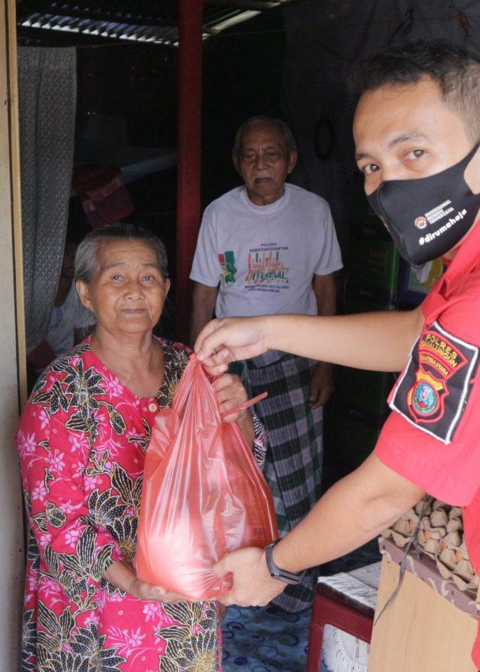 Peduli Covid-19, Personil Subbag Humas Simalungun Berikan Sembako Kepada Masyarakat Terdampak Pandemi