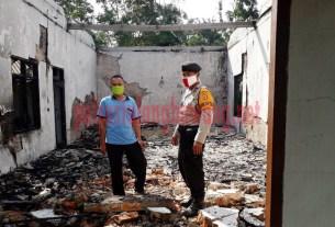 Petugas cek dan olah TKP kebakaran Gereja Kristus Rahmani Indonesia di Kampung Ringin Sari