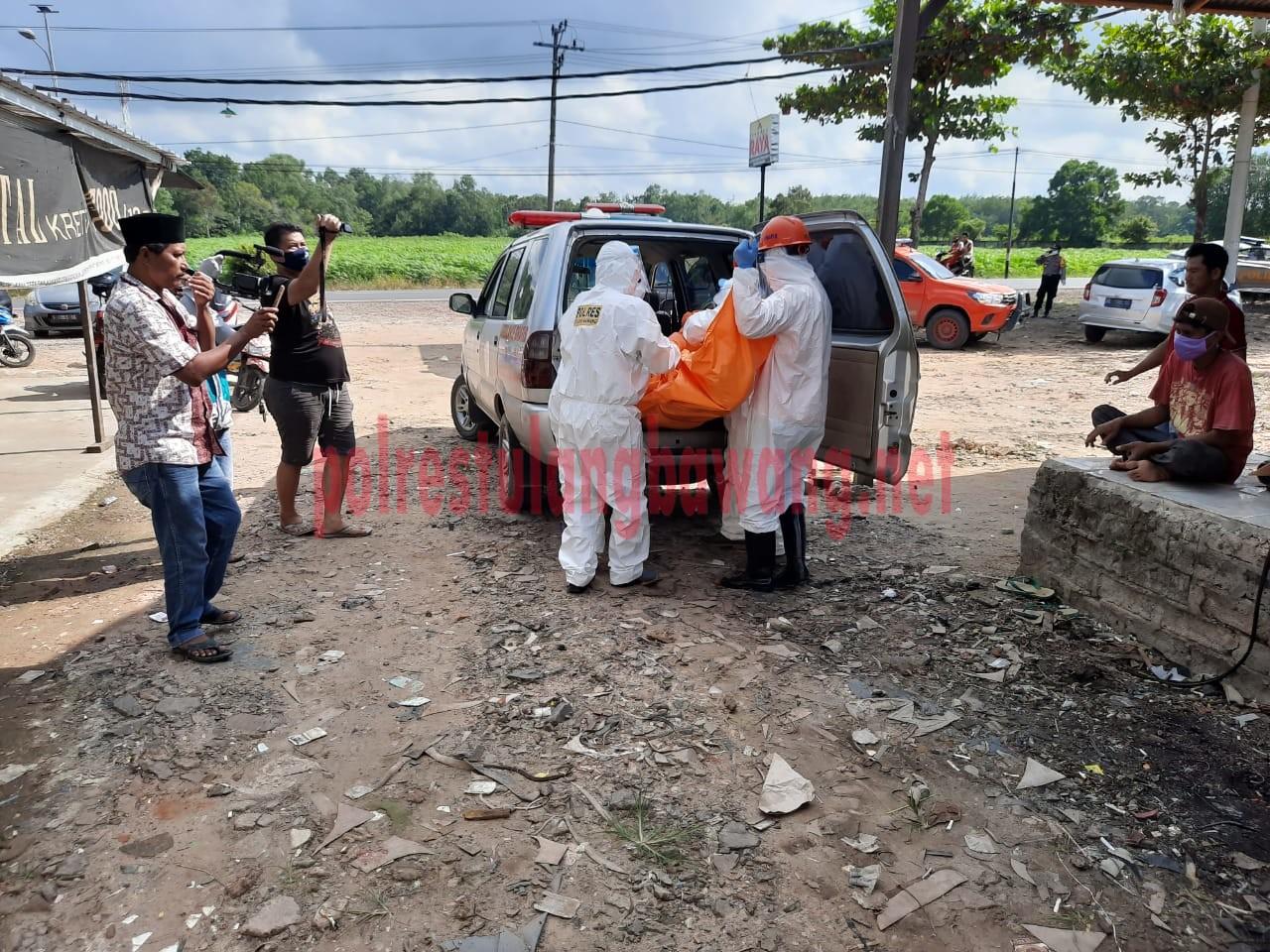 Jenazah korban di masukkan ke dalam mobil ambulance untuk dibawa ke RSUD Menggala