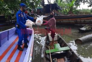 Satpolair Polres Tulang Bawang bagikan sembako kepada nelayan