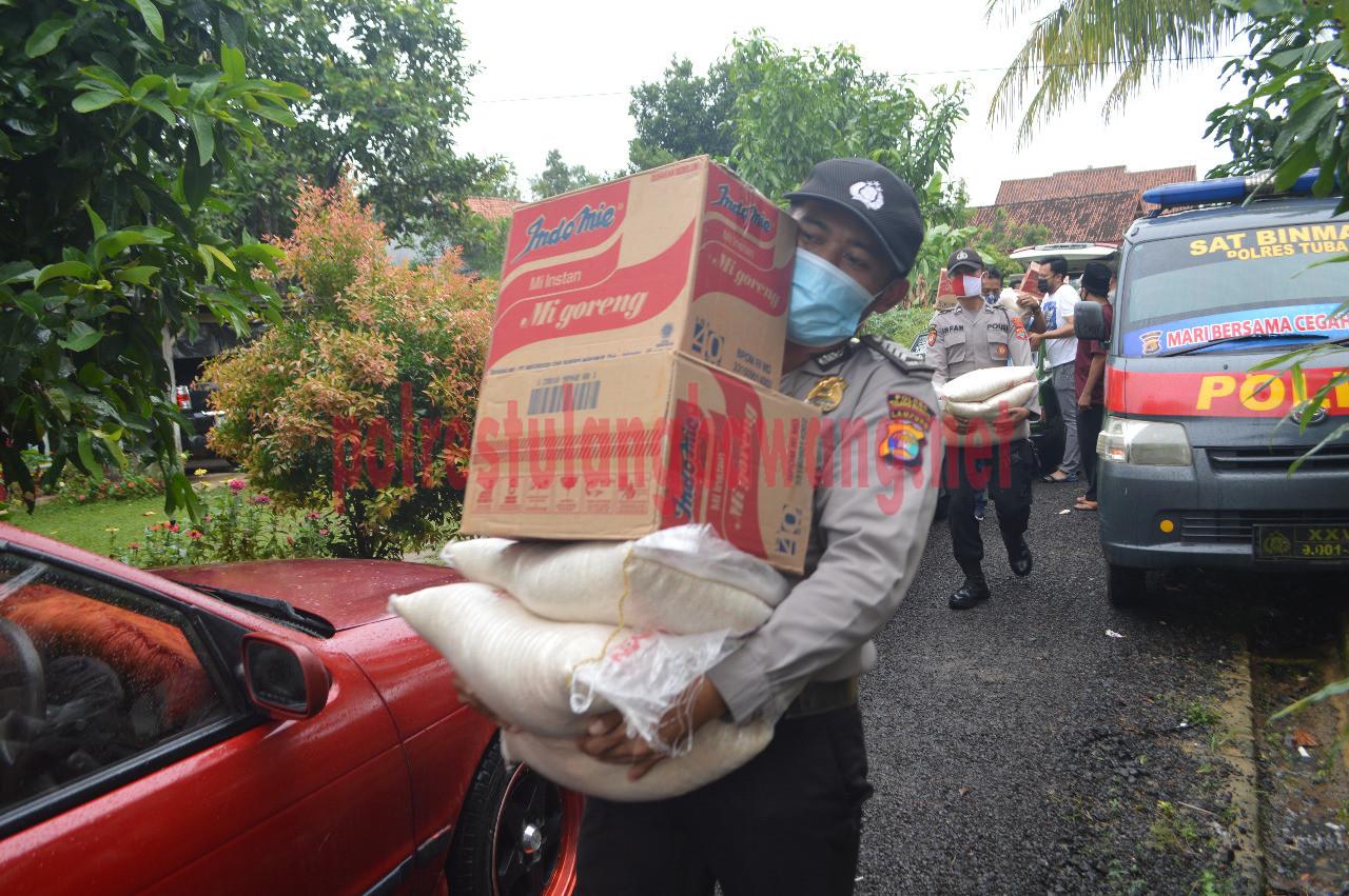 Personel Polres Tulang Bawang membawa paket sembako untuk panti asuhan dan ponpes