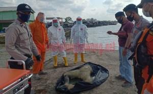 Mayat Anonim setelah berhasil di evakuasi petugas dari Laut Kuala Teladas