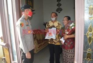 Kapolres Tulang Bawang memberikan buket bunga kepada AKP (purn) I Nyoman Cenik