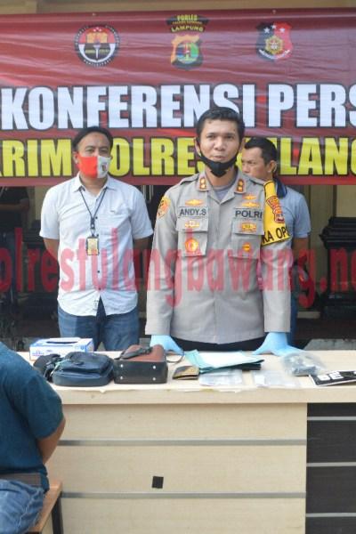 Kapolres Tulang Bawang AKBP Andy Siswantoro, SIK saat menggelar konferensi pers penangkapan pelaku kepemilikan narkotika di Pasar Unit 2