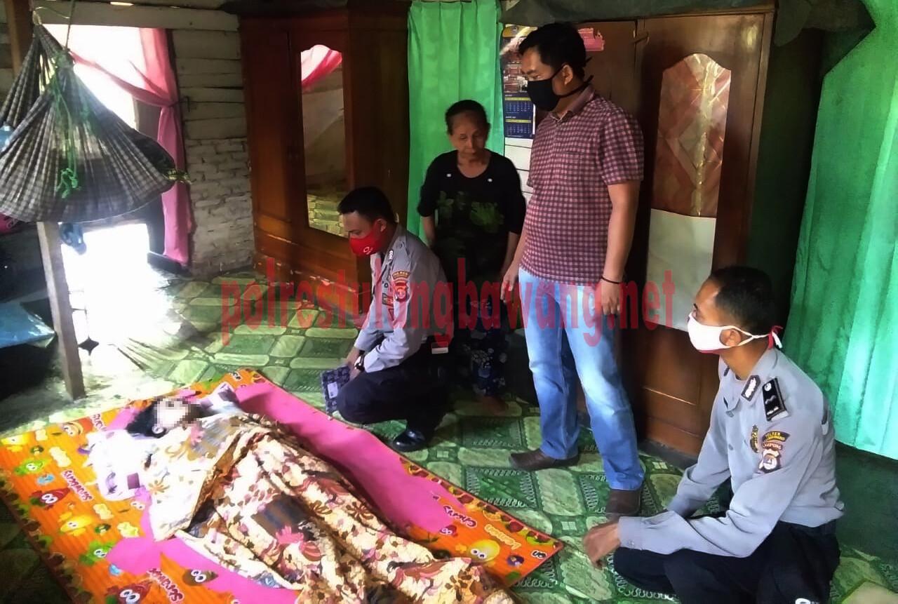 Petugas dari Polsek Banjar Agung mendatangi rumah korban MD di dalam sumur yang ada di Kampung Agung Jaya