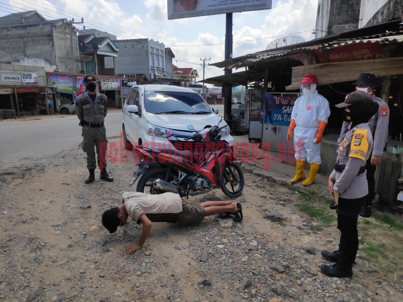 Petugas gabungan saat memberikan sanksi kepada buruh yang terjaring Operasi Yustisi di Kampung Sidoharjo