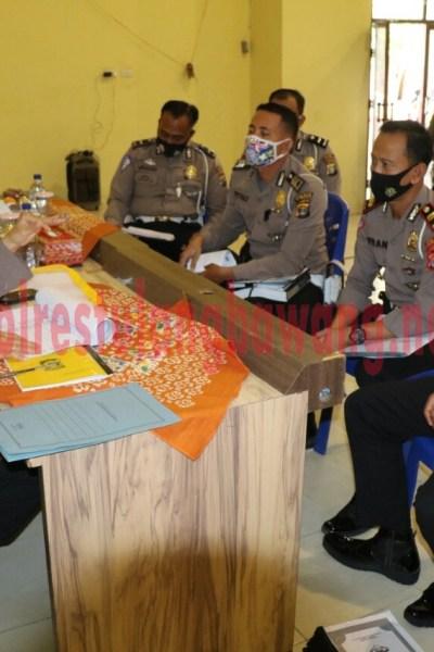 Auditor Madya TK III Itwasda Polda Lampung Kombes Pol Drs. Jauhari saat melakukan wasrik kepada personel Polres Tulang Bawang