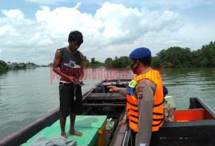 Petugas Satpolair Polres Tulang Bawang melakukan pemeriksaan kepada nelayan pengguna transportasi air di Dusun Teluk Gedung