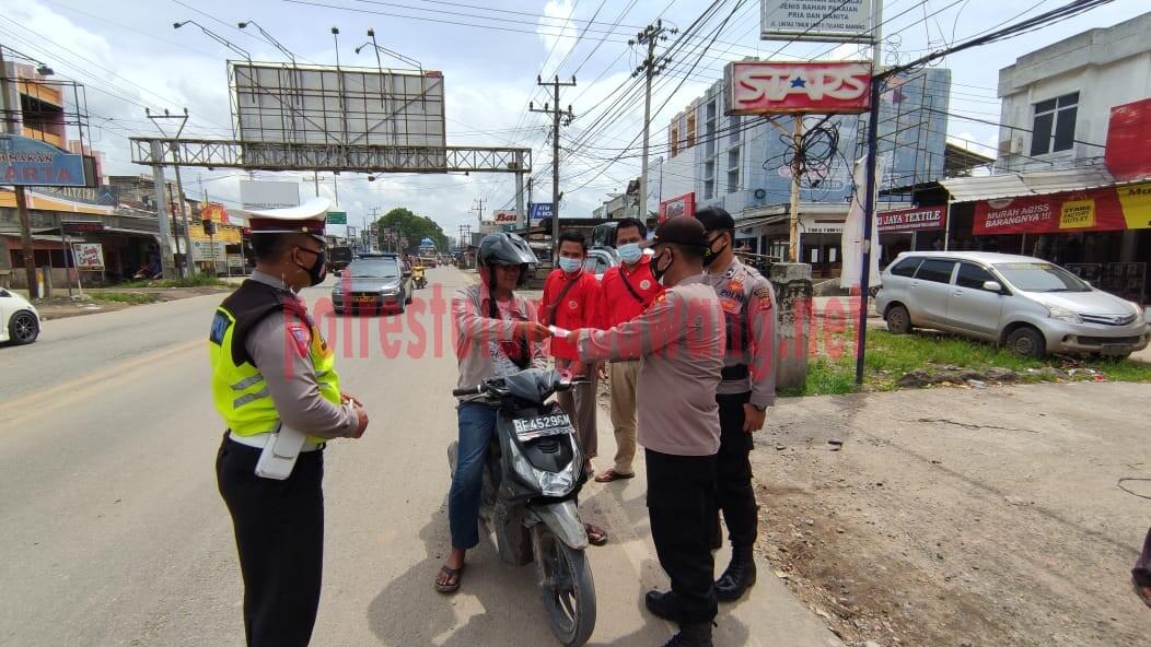 Ka Pos Pam Pasar Unit 2 bersama petugas gabungan saat memberhentikan kendaraan warga yang tidak mematuhi prokes