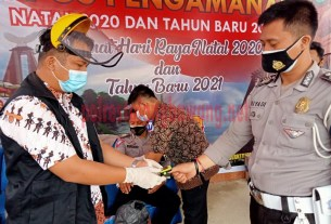 Dokkes Polres Tulang Bawang saat melakukan pemeriksaan kesehatan terhadap personel yang berdinas di Pos Pam Pasar Unit 2