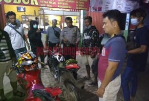 Personel Polsek Banjar Agung saat menggelar razia cegah balap liar di Jalan Ethanol, Kampung Tunggal Warga