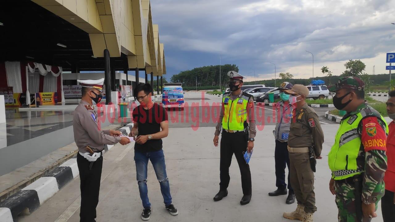 Petugas Pos Pam Rest Area Km 208, JTTS, sedang memberikan masker kepada warga yang kedapatan melanggar prokes