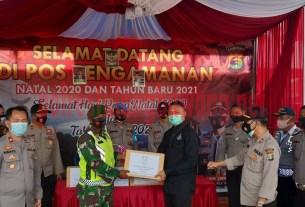 Pemberian tali asih untuk Pos Pam Operasi Lilin Krakatau-2020 dari Ketua Bhayangkari Cabang Tulang Bawang Ny. Dina Andy Siswantoro