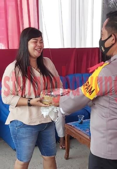 Iptu Abdullah selaku Ka Pos Pam Pasar Unit 2, saat menerima bingkisan dari warga masyarakat