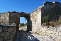 Крепостные ворота Орта-Капу. Оборонительная стена древнего города. Чуфут-Кале. Автор фото Ольга Иутина