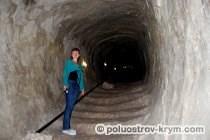 Экскурсовод Лена проводит увлекательную экскурсию по осадному колодцу Тик-Кую. Пещерный город Чуфут-Кале. Автор фото Ольга Иутина