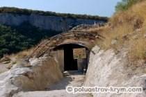 Осадный колодец Тик-Кую у подножия пещерного города Чуфут-Кале. Фото Ольги Иутиной