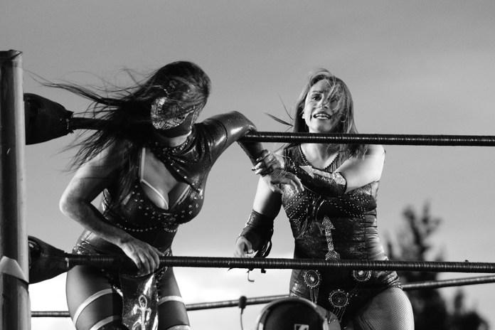 Faby Apache vs Lady Shani en Rock y Luchas 2021 / Foto: Andre Dulché